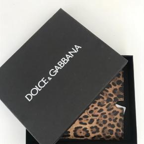 Lækkert klassisk Dolce Gabbana ipad cover købt på netaporter . Det måler 24*20 cm . Kasse medfølger Ipad cover Farve: -