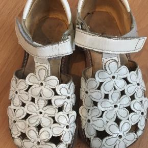 Lækre sandaler i hvid lak/læder, brugt meget lidt.