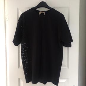 Super fin No 21 t-shirt med blonde i den ene side.   Str. 42 it - men oversize (svarer til L)