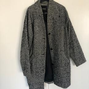 Sælger denne fine frakke fra Monki. Har den fedeste pasform, og passer til et hvert outfit. Sælges da jeg rydder ud i skabet