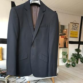 Lækker kvalitets blazer fra Philosophy Blues Original (PBO) i navyblå. Nypris: 1800 kr.