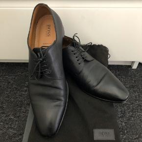 Mega stilet sko i ægte læder fra Hugo boss. Brug få gange og fremstår derfor i rigtig god stand :)   Ink. Original æske, dustbag  Kom gerne med et realistisk bud.