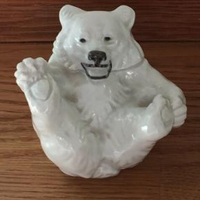 Royal Copenhagen hvid isbjørneunge nr. 247  Højde 7 cm, 1. sortering.  Kan afhentes Ll. Salby v/Køge eller efter særlig aftale i Nykøbing S eller Søborg (Gladsaxe). Alternativt sendes for kr. 53.