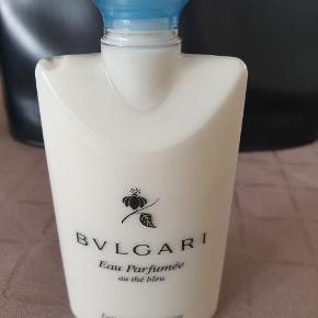 BVALGARI Eau Parfumeé au thé bleu body lotion 2.5 oz, 70ml.  Kun prøvet en lille smule.  Bytter ikke.  Mere info:  https://www.sephora.com/product/eau-parfumee-au-the-vert-body-lotion-P400318?icid2=products%20grid:p400318