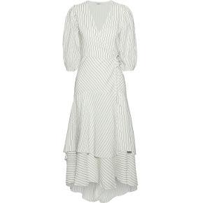 Sælger denne smukke Silke kjole fra Ganni. Kun brugt én gang til bryllup.  Nypris 4600 ,-  Smuk hvid stribet wrap kjole. Lavet i det lækreste blend af silke og bomuld, den løse 'Wilkie' kjole er designet med et overall stribet mønster, et taljebælte der kan justeres og et lagdelt ruffle skørt med et asymmetrisk fald.  dyb V-hals og midt-lange puff ærmer med manchetter.  Wrap dress Midi length Seersucker Silk and cashmere-blend Layered Elasticated cuffs Partially lined Self-tie wrap closure Dipped back hem Stretchy fabric Mid-weight fabric