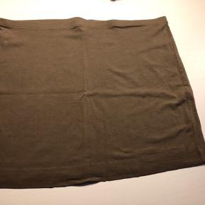 Brugt en enkelt gang og vasket. Fremstår som ny. Basic nederdel i brun i bomuld og elastan. Masser af stretch.   31,- + fragt. Sender med Dao kr. 37,- eller PostNord på eget ansvar.  Bytter ikke.  Kan afhentes i Odense.  Mængderabat 🌼