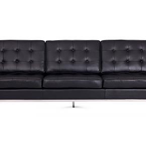 Hejsa:) Sælger denne Florence Knoll replica sofa. Den er af ægte sort lædder som ikke har nogle synlige skader. Det eneste som er af synlige skader kan ses på en af de 3 nederste sidde pudder, hvoraf 3 af knapperne er faldet af. Dette kan ses på en af billederne:) Byd gerne, ellers skriv hvis i finder interesse