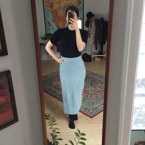 Vintage strik nederdel i lyseblå. Str. S/M. 63% uld 10% angora 20 % polyamide 7% silke