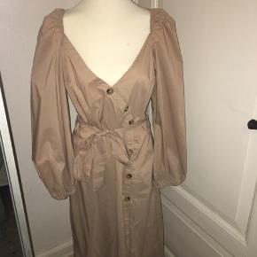 Beige/sandfarvet kjole fra boohoo - med knapper og bindebånd. Brugt engang til bryllup. Størrelsen er en 40/medium. Ved køb af flere ting kan der opnås mængderabat