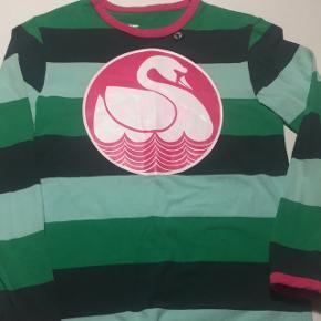 Danefæ bluse str 10 årGmb det lyserøde er smittet af i svanen men syntes ik det gør noget Stadig blød i stoffet Pris: 40 Kr pp