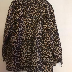 Den har desværre hængt i skabet for længe ! Fin leopard jakke fra Envii X trines wardrobe  100 % cotton  Str L -str mærke udklippet   Army camo camouflage  Army look