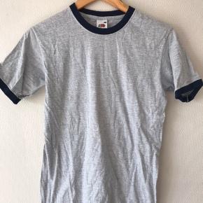 Lækker T-shirt med detaljer i halsen og forenden af ærmerne