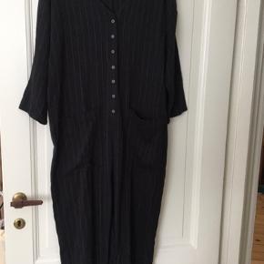 Oversized jumpsuit fra Zara i koksgrå med lyse grå striber. Brugt en enkelt gang.   Skriv gerne for mere information. :)