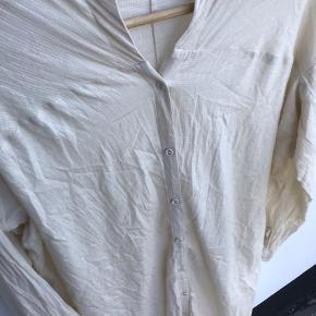 Den er så fin 🔆  Bryst 68 cm Længde fra skulder og ned foran 125 cm Bagpå og ned 138 cm