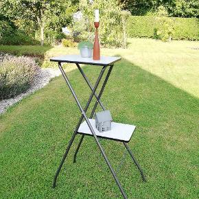 Fint fremvisebord. Kan bruges til pynt med forskellige ting på, eller i køkkenet, brug fantasien 😉