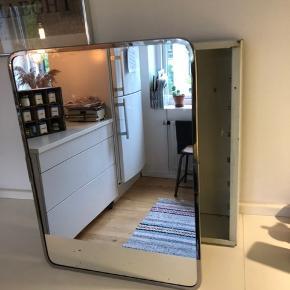 Gammelt badeværelsesskab i metal og lågen har spejl der kan foldes ud. Højde 40 cm bredde 31 cm og dybde 13 cm