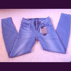 """Super lækre VILA jeans str. L - men svarer til en M. HELT NYE og ubrugte med prismærke på endnu. Lækre og bløde i kvaliteten. Sidder perfekt pgs. stræk i stoffet :) Beklager den dårlige billedkvalitet - ved ikke helt hvorfor fotoet blev """"lyserødt"""" - jeans'ene er selvfølgelig i den helt alm. denim farve."""