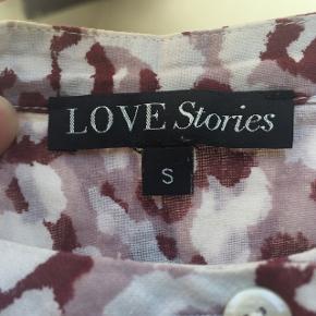 Love stories mønstret bluse, brugt men ingen tydelige mærker eller lign. Byd gerne