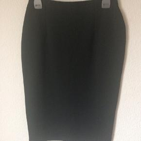 Esprit - nederdel Str. M Næsten som ny Farve: sort med mønster i stoffet Lavet af: Shell: 97% polyester og 3% elasthan Linning: 100% polyester Mål: Livvidde: fra 70 cm til 84 cm hele vejen rundt Længde: 66 cm Lukkes med lynlås bagpå og har elastik i livet Køber betaler Porto!  >ER ÅBEN FOR BUD<  •Se også mine andre annoncer•  BYTTER IKKE!