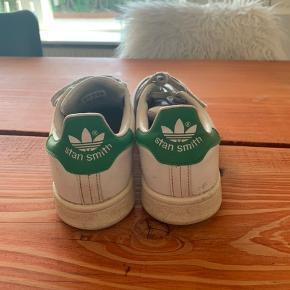 De klassiske Adidas stan Smith sko Kunne godt bruge et par nye snørebånd, men fremstår ellers fine!   Str. 36 2/3