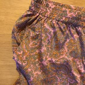 Helt ubrugte bukser i den blødeste silke med en smule stretch.  Aldrig været på men lagt 3 cm op deraf den lave pris.  Mærkets størrelse 34 ( dog stor så en alm small til medium) Udvendig benlængde er 92 cm Indvendig benlængde er 63 cm.   Nypris 1850kr.  Mærke taget af men medfølger Sendes med post