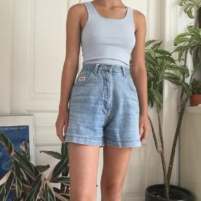 Flotte vintage shorts i lyseblå denim. Lidt for store til mig så har sat klemme i dem på billederne. -tjek min profil ud-