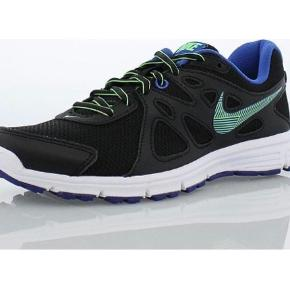 NIKE REVOLUTION 2 554900-033   FOR FLERE BILLEDER SE I KOMMENTAR.  25,5 cm.  -Lightweight. -Comfort. -Flexibility.  The Nike Revolution 2 Women's Running Shoe is made with an open-mesh upper and full-length, contoured cushioning that helps keep every stride comfortable. Deep flex grooves and a Waffle outsole create a natural range of motion and versatile traction.  Se også mine andre annoncer ;)