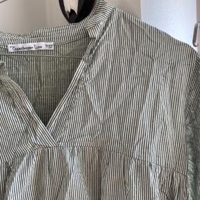 Sælger denne kjole fra Copenhagen Luxe. Den er i str. XS/S med kan passes helt op til M. Kom gerne med bud :)