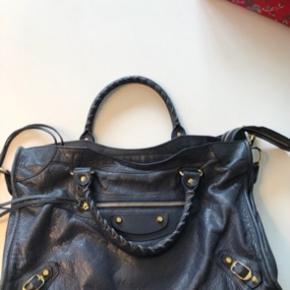 Sælger denne fine balenciaga taske.  Tasken er i god stand men der er små slidspor i bunden i kanterne.  Nypris omkring 12.000 kr.   BYTTER IKKE!!