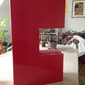 Fint rødt skab, som jeg har brugt til at opbevare toiletsager, men også kan bruges til meget andet.
