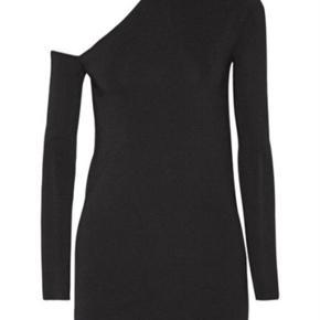 MB - lækker strik bluse med fine detaljer og slids i siden, super fin til skindleggings. Aldrig brugt - ny pris 2000 kr - bytter ikke. Byd.