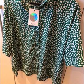 Helt ny, smuk oversize skjorte med tags/prismærker