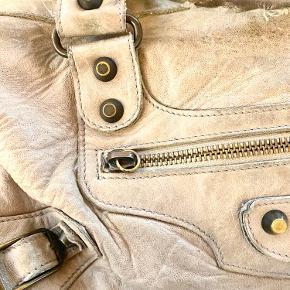 """Lækker taske fra Balenciaga i modellen """"Twiggy"""". Mangler """"snippen"""" på lynlåsen foran men man kan sagtens lyne rummet alligevel. 🍁"""