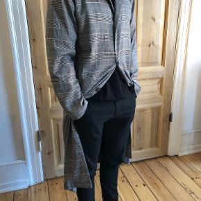 Super lækker frakke fra Han Kjøbenhavn. Aldrig brugt. Den er for stor, så jeg må derfor desværre sælge den. Den er i perfekt stand og i god kvalitet.  Nypris 2500 kr, salgsprisen er til forhandling