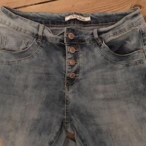 Fede forvaskede jeans fra Norfy, buttonfly, lyseblå med stræk og smalle ben. LIvvidde 84cm, indvendig benlængde 77cm.  150kr Kan hentes Kbh V eller sendes for 38kr DAO