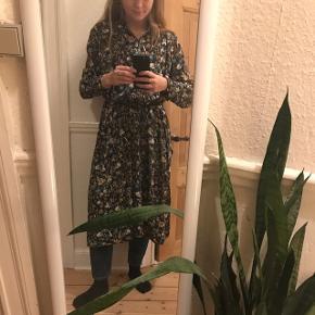 Skøn grøn kjole fra Weekday i str. Xs men kan passes af s også. Der er tyndt bindebælte i samme stof så man kan binde ind i livet eller lade være 🌼 Forbeholder mig retten til ikke at sælge hvis rette bud ikke kommer