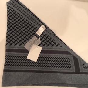 Et eksklusivt cashmere tørklæde fra Lala Berlin i smukke PLO mønster i helt fantastisk blød kvalitet og smukke farver.Tørklædet kan også bruges som sjal over en lækker bluse/skjorte.  Mål: 115x115x162 cm.  Farve: Tempesta  Bytter desværre ikke..
