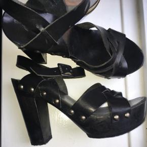 Rockede sorte stiletter til jeans eller kjole😎 Jeg har sat lyddæmper på undersiden af skoen, så de ikke larmer 👍🏼 De er vildt behagelige at gå i
