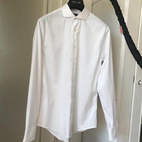 Varetype: Langærmet Størrelse: 39 Farve: Hvid Oprindelig købspris: 1200 kr.  Lækkert skjorte med streach!   Sælger ud af mange af mine skjorter alene fordi jeg har for mange :)