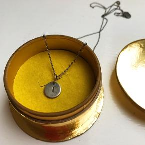 """Jane Køng lovetag med """"I"""" som vedhæng sælges. Kæden er den mellem lange (60 cm). Både kæde og lovetag er oxyderet sølv.  Æske medfølger. Kom gerne med bud ! ✨ #trendsalesfund"""