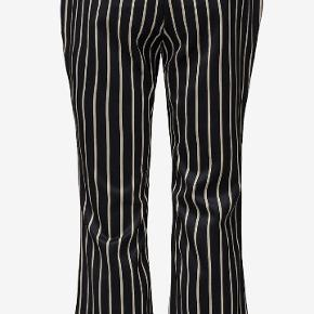 Bukserne fejler intet. De er et fejlkøb. Normale i størrelsen.