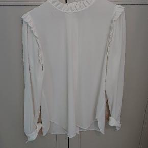 Smuk trøje med den fineste krave. Der er en lille make up plet ved venstre side, men dette går af ved vask