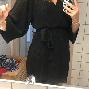 Smukkeste sorte kimonokjole fra Monki. Kjolen er kun brugt en gang og fremstår derfor helt nu