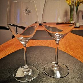 Holmegaard perfection vinglas sælges De er ikke meget brugt, nogle har stadig mærker på og er slet ikke blevet brugt.  8 Stk rødvin - 35cl (ny pris 120kr stk) 8 Stk hvidvin - 25cl (ny pris 120kr stk)  Sælges for 100kr pr Stk    De befinder sig i 6700