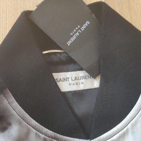 Sælger denne vanvittige silke jakke fra saint laurent. Str. Er 46 hvilket svarer til en medium eller large. Nyprisen ligger på 15.800!