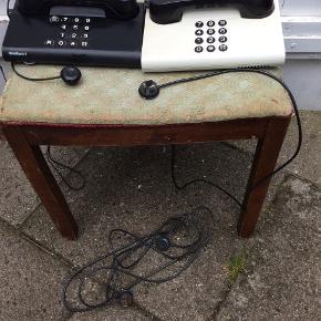 Begge 2 plus forlængerledning se foto, trænger til rengøring. Ellers pæne og velholdte telefoner fra en snart svunden tid, og de har ikke været i brug de sidste 2-3 år. 125 pp. Se mine andre annoncer.
