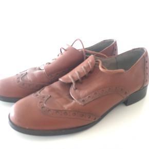 Lækker læder sko - 🐻 trænger til en klud og noget læder pleje. Derfor meget billig.