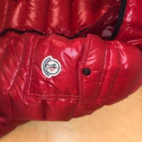 Sælger Moncler jakke str. 1  Den er brugt, men fejler ikke noget.  Nypris 4400, Mp 1800