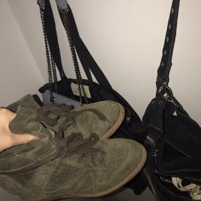 sko med hæl  I army grøn  Næsten ikke brugt   Nypris- 849kr  Str 40 men kan sagtens passes af en str 39 også