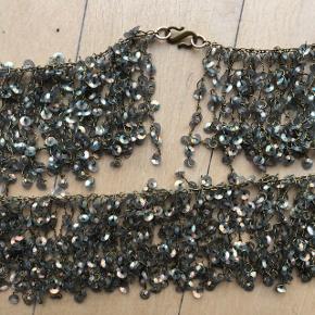 Flot statement halskæde fra Pico med palietter. Perfekt til julens fester!  Kan bruges som lang, eller bindes dobbelt på vist på første billede.  Kan afhentes på Østerbro.